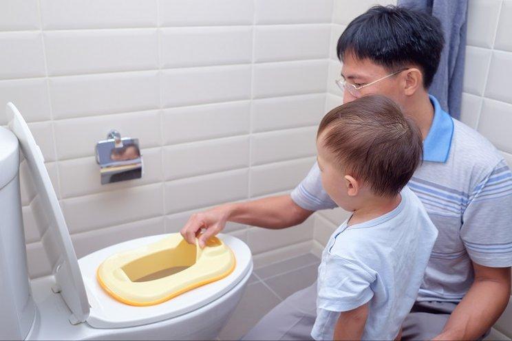 Melatih Anak untuk Buang Air Kecil di Kamar Mandi